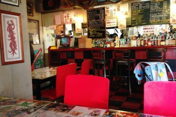 <p>With a feel of an American diner, this slightly kitsch bar serves delightful Maizuru Curry.</p>