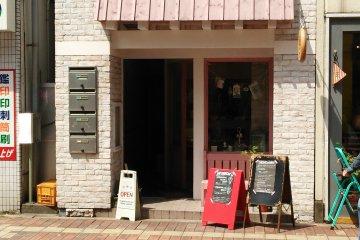 <p>Это маленький магазин, его легко найти, если вы там хоть раз уже побывали!</p>