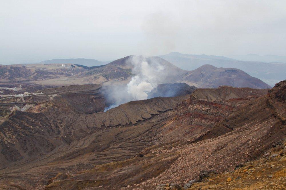 Có nhiều miệng núi lửa và chóp núi lửa nhỏ hơn bên trong miệng núi lửa Aso, nhưng chỉ có một miệng núi lửa còn hoạt động và bốc khói không ngừng; nó được gọi là Naka-dake.