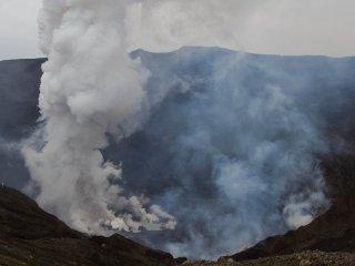 Có một bãi giữ xe khá gần miệng hố, và bạn có thể đi bộ đến gần và nhìn vào miệng núi lửa ngùn ngụt khói của Naka-dake.