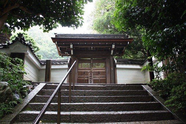 インクラインから疏水伝いに歩くと、南禅寺のこの山門に出る