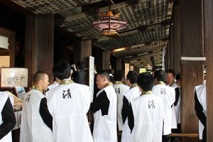多くの仏徒が全国から参拝に訪れる。現在の伽藍(がらん)は、徳川三代将軍家光により寛永10年(1633)に再建された。平成6年(1994)にユネスコの世界文化遺産に登録