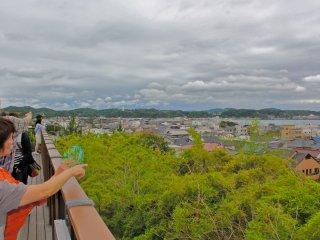 Потрясающий вид на город Камакура и порт Сагами открывается из храма.