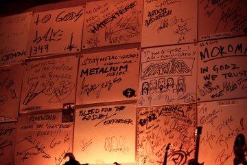 Записки от групп и фанатов на стене бара