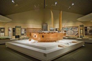 السفينتين اللتان من القرن السادس عشر ، اليابانية في المقدمة و شراعات سفينة السلحفاة الكورية تظهر خلفها