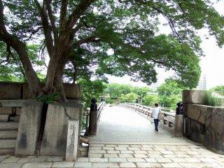Jembatan Gokurakubashi dilihat dari dalam halaman Kastil Osaka