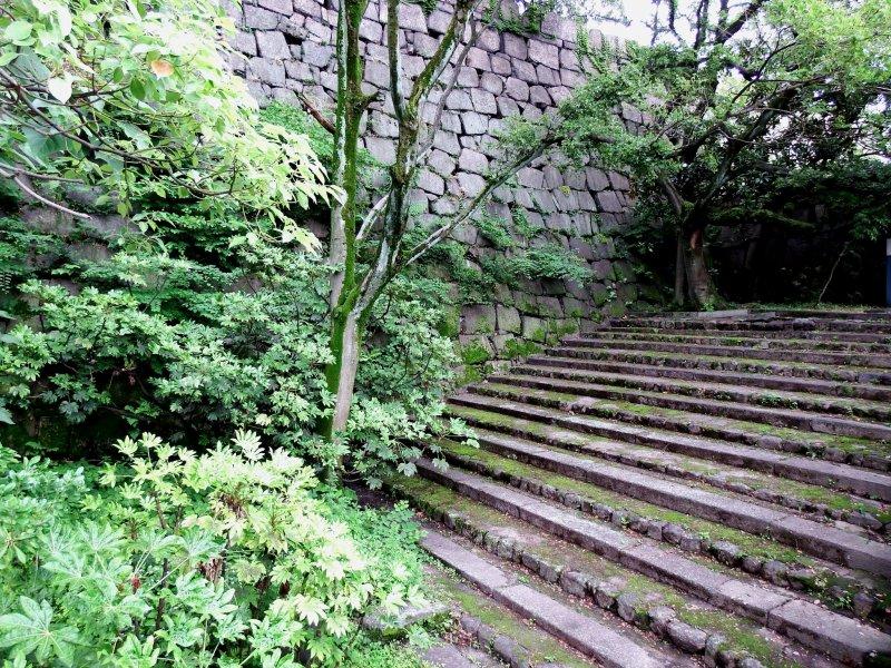야마자토마루 베일리'와 '인너 베일리'를연 결하는 돌계단. 야마자토마루는 주탑 북쪽의 하층부, 야마자토는 문학적 '산수마을'을 의미한다