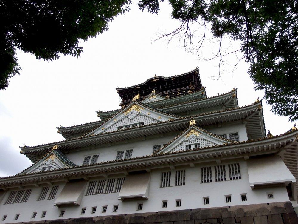 Bạn đang đứng trước tòa tháp chính của thành cổ Osaka, nhưng bạn đã bước vào từ một lối vào phía sau và đây là nơi quan sát thành cổ từ bên cạnh. Bạn phải đi vòng quanh và đến phía trước thành cổ ...
