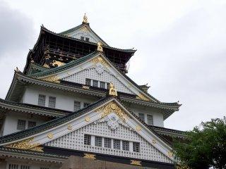 Bạn đang ở trước tòa tháp chính của thành cổ Osaka!