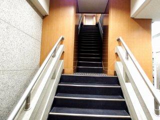 Ketika Anda memasuki menara utama Kastil Osaka, Anda dapat memilih lift atau tangga. Jika memilih lift, Anda harus berdiri dalam antrean panjang. Karena kami tidak ingin menunggu, kami memilih naik tangga. Dan inilah yang kami dapatkan...kami harus naik ke lantai delapan!