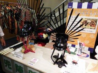 Helm samurai yang bisa Anda coba. Jangan khawatir, mereka terbuat dari plastik dan tidak berat sama sekali! Tarif sekali mencoba ¥300 untuk orang dewasa, jadi mengapa Anda tidak mencobanya?