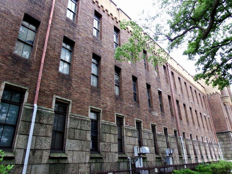 이 박물관은 1931년 제4군단 본부로 로마네스크 형식으로 지어졌다