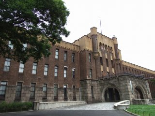 Although the building was originally used as the headquarters of the fourth division of the Imperial Army, it was confiscated by GHQ after WWII, returned to the Japanese government in 1948,  used as the Osaka Prefectural Police Office until 1958, then turned into a city museum in 1960