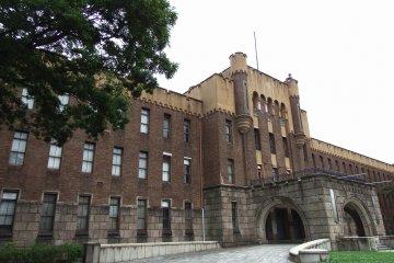 원래 제4사단 본부로 사용되었으나, 제2차 세계대전 이후 GHQ에 의해 압수되어 1948년 일본 정부에 반환되었고, 1958년까지 오사카 경찰청으로 사용되었으며, 1960년 시립 박물관으로 전환되었다
