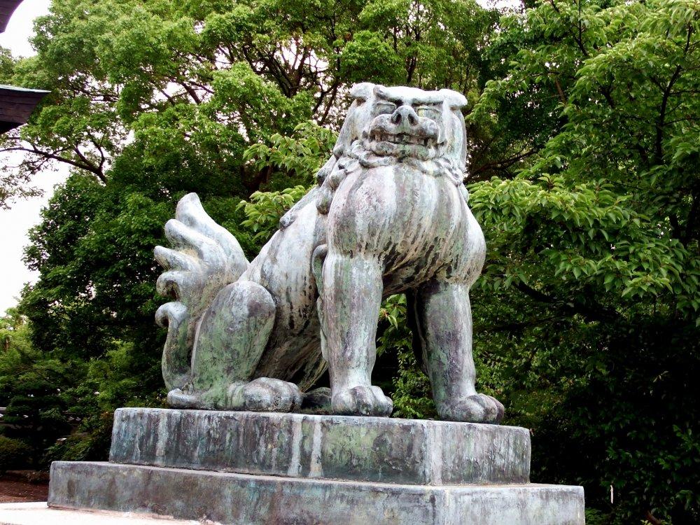 Stone statue of guardian dog at Hōkoku Shrine