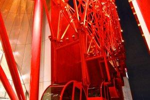 ...ชิงช้าสวรรค์สีแดงสด...Hep Five Ferris Wheel