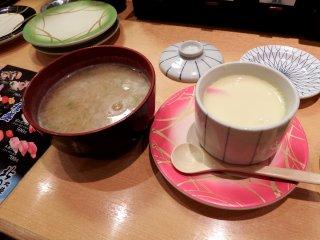 Una sopa de miso y una crema de huevo al vapor. Aunque la tarrina de huevo cuesta 280 yenes, ¡trae un montón de cangrejo!
