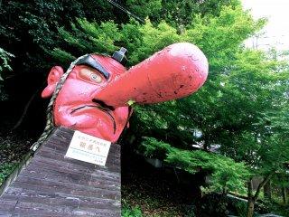 รูปปั้นเทนงุตั้งอยู่หน้าสถานี Kurama
