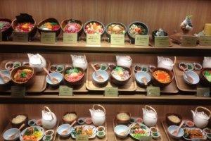 입구에 나열된 음식 모형