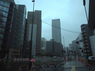 Центральные здания Токио под дождем