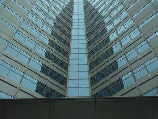 Здания-близнецы Тораномон, на фоне серого неба