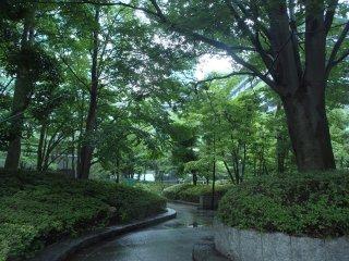 Сверкающие дорожки в садах рядом со зданиями-близнецами Тораномон