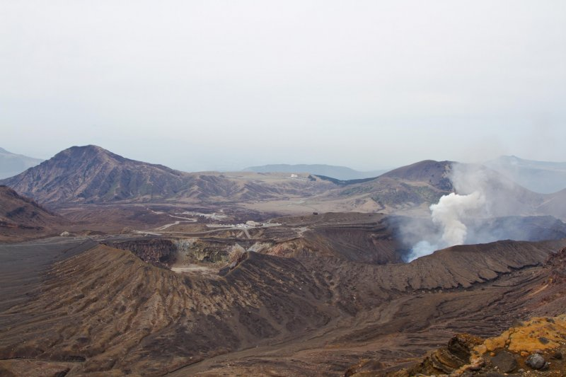 <p>Amazing views from the top. Right in the middle you can see the parking lot, pretty close to steaming Naka-dake.</p>