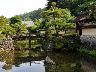 Si vous êtes en voiture, il y a un parking gratuit devant le temple, à côté de cet étang