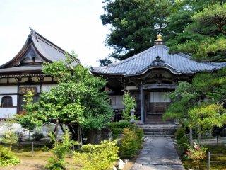 Payez 300 yens pour entrer dans le temple et voir la fameuse peinture ainsi qu'un jardin construit à flanc de colline derrière le hall principal