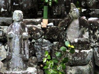Statues bouddhistes dans un petit cimetière