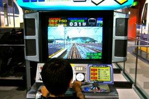 เด็กชาวญี่ปุ่นทดลองขับเคลื่อนรถไฟด้วยอุปกรณ์จำลอง