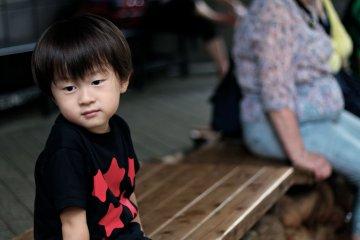 <p>โคกิคุง ก็มานั่งแช่เท้ากับเค้าด้วย</p>