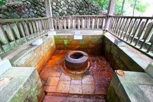 """บ่อ """"Tansan Sengen"""" แหล่งน้ำที่มี Carbondioxide ผสมอยู่ ชาวบ้านใช้สำหรับ Tansan Sembei ของฝากยอดนิยมประจำหมู่บ้าน"""