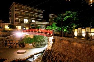 <p>สะพาน Tsuesute ใครหายจากอาการปวดเมื่อย มาโยนไม้เท้าทิ้งได้ที่นี่ ดูก่อนด้วยว่าจะไม่โดนหัวใคร</p>