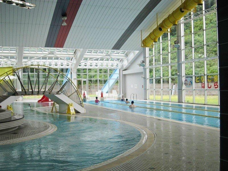 YONETSU=KAN 笹岡のプールは、フィットネス用の25メートルプールが3レーン、ひょうたん型の流水プールは子供も含めたファミリー向け。幼児用に深さ30センチの浅いプールもあって、家族で訪れても楽しいし、大人が一人でフィットネスに来ても良いだろう