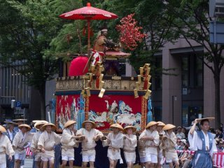 Houshou-yama (保昌山) During the Yamaboko Junko (山鉾巡行) in Kyoto,2012! This float features the famous love story between court poetess Izumi Shikibu and courtier Hirai Yasumasa. In the scene portrayed on this float the valiant Yasumasa, also called Hosho, dares to intrude into the Shishin-den, the very center of the Imperial court, to snap a branch from a noted red Ume tree (Japanese plum) to present it to this court lady that he admires