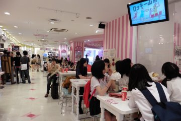 <p>On weekdays, many teenagers come here right after school, still wearing their uniforms</p>