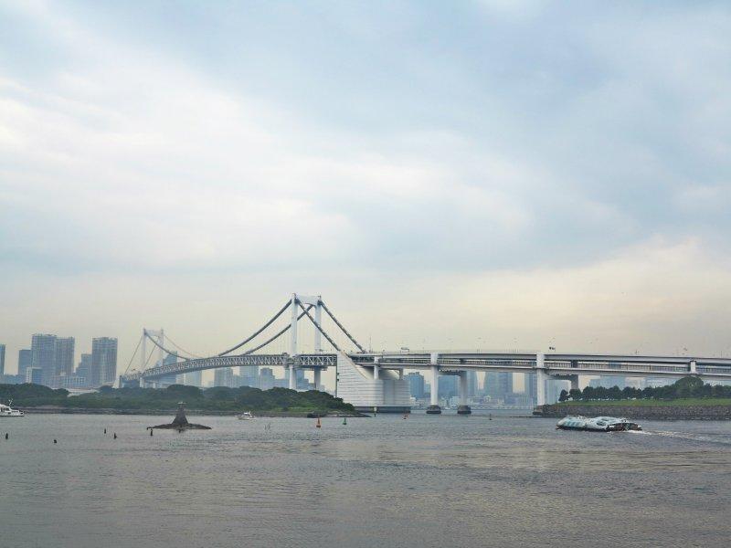 <p>东京湾和彩虹大桥。</p>