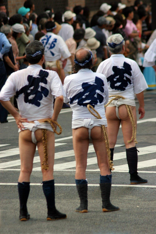 ผู้เข้าร่วมกิจกรรมสวมชุดแบบดั้งเดิมสำหรับการแข่งขัน