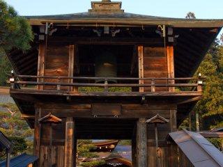 Cửa tháp ấn tượng của Đền Unryuji