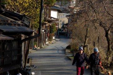 <p>지역 사람들에게 강변 산책은 인기있는 일과</p>