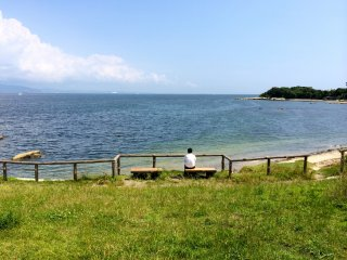 During the week, Cape Tomyozaki beach is a wonderful getaway to just relax on the bench and enjoy the views of the ocean.