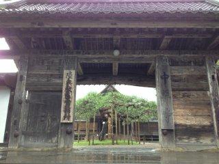 홋카이도: 요시쓰네 사원 정문 입구