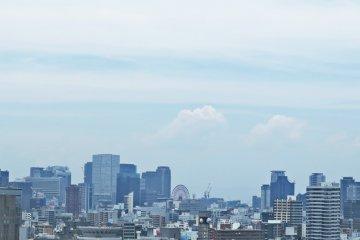 <p>第八层 鸟瞰大阪城。远处是天保山大观摩天轮</p>