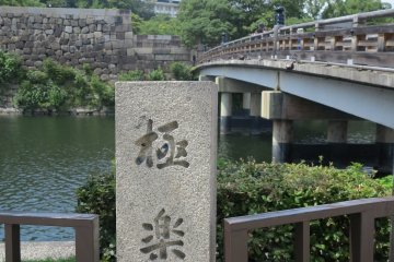<p>极乐桥和远处的天守阁</p>