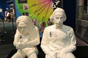 รูปปั้นไอน์สไตน์กับมนุษย์ยุคหิน