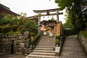 Một nơi cầu nguyện nhỏ khác bên trong Kiyomizu