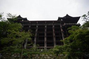 Ngôi đền nhìn từ dưới lên