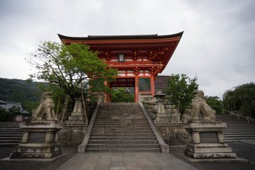 <p>The entrance to Kiyomizudera</p>