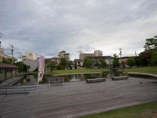 Một ao nước ở giữa thành phố